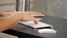 Femme travaillant dans la main de siège social sur le clavier Affichage vert de maquette d'écran photographie stock libre de droits