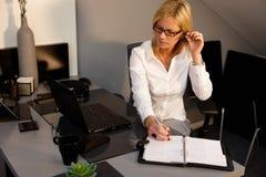 Femme travaillant dans le bureau photo stock