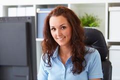 Femme travaillant dans le bureau photo libre de droits