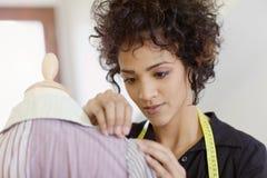Femme travaillant dans le studio de conception de mode Photos libres de droits