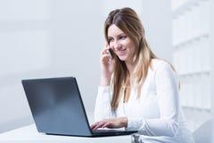 Femme travaillant dans le télemarketing Photos libres de droits