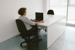 Femme travaillant dans un bureau Image stock
