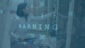 Femme travaillant dans une salle de serveurs pendant que les messages de danger se déplacent et clignotent au premier plan illustration stock