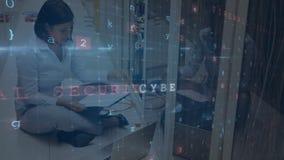 Femme travaillant dans une salle de serveurs pendant que les messages de sécurité se déplacent au premier plan illustration de vecteur