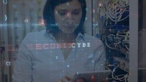Femme travaillant dans une salle de serveurs pendant que les messages de sécurité se déplacent au premier plan illustration libre de droits
