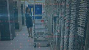 Femme travaillant dans une salle de serveurs pendant que les messages de sécurité se déplacent au premier plan illustration stock