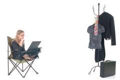 Femme travaillant des heures supplémentaires à la maison Photo stock