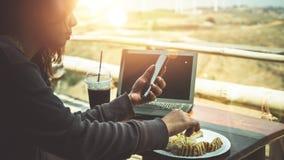 Femme travaillant en parc naturel utilisant un carnet Dans un café Images stock