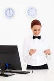 Femme travaillant à l'hôtel Photographie stock libre de droits