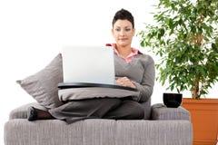Femme travaillant sur l'ordinateur à la maison images stock