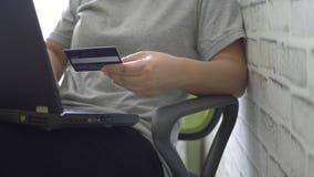 Femme travaillant sur l'ordinateur portable dans le si?ge social banque de vidéos