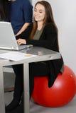 Femme travaillant sur l'ordinateur portatif image libre de droits