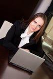 Femme travaillant sur l'ordinateur portatif dans le bureau photographie stock