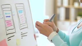 Femme travaillant sur le design de l'interface d'utilisateur au bureau banque de vidéos