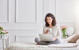 Femme travaillant sur un ordinateur portatif Photographie stock