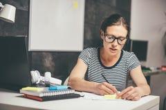 Femme travaillant tard au bureau image libre de droits