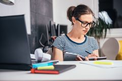 Femme travaillant tard au bureau image stock