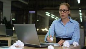 Femme travaillant tard dans le bureau, se sentant fatiguée et manquant des idées, concept de surmenage clips vidéos