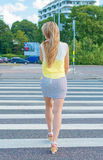 Femme traversant la route photo stock