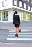 Femme traversant la rue. photo libre de droits
