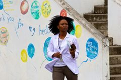Femme traversant la rue dans St Kitts, des Caraïbes Images libres de droits