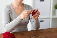 Femme tricotant avec le crochet de crochet et le fil rouge Photo libre de droits