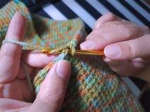 Femme tricotant le sac coloré mou Photo libre de droits