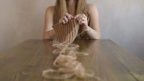 Femme tricotant une écharpe banque de vidéos