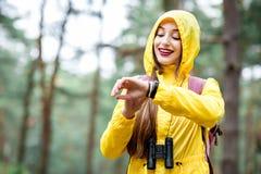 Femme trimardant dans la forêt photographie stock libre de droits