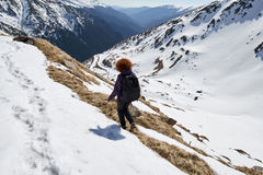 Femme trimardant dans les montagnes Photographie stock