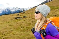 Femme trimardant en montagnes photographie stock libre de droits