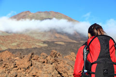 Femme trimardant regardant la montagne Photos libres de droits