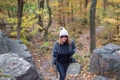 Femme trimardant sur le chemin en bois avec la caméra photos libres de droits