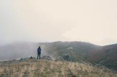 Femme trimardant un jour nuageux d'automne Images stock