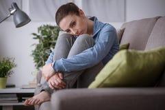 Femme triste à la maison images libres de droits