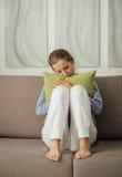 Femme triste étreignant un oreiller photographie stock libre de droits