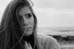 Femme triste après combat devant le plan rapproché d'océan noir et blanc Photos libres de droits