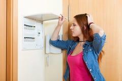 Femme triste arrêtant l'interrupteur de lampe photos stock