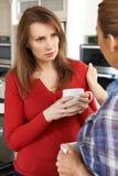 Femme triste consolé à la maison par l'ami féminin Photo libre de droits