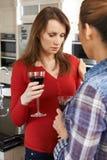 Femme triste consolé à la maison par l'ami féminin Image stock