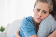 Femme triste consolé par son ami Photographie stock libre de droits