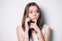 Femme triste contrariée frustrante avec le téléphone portable Femme bouleversée de jeunes parlant au téléphone dans le bureau Mal images libres de droits