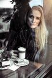 Femme triste dans le café photo libre de droits