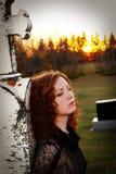Femme triste dans le cimetière 2 Images stock