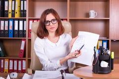Femme triste de comptable peu satisfaite du papier Images libres de droits