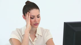 Femme triste devant son ordinateur Image libre de droits