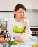 Femme triste faisant cuire le riz dans la cuisine Photographie stock libre de droits