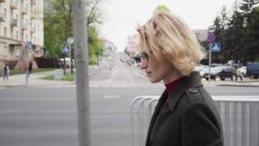 Femme triste marchant sur la rue de ville banque de vidéos