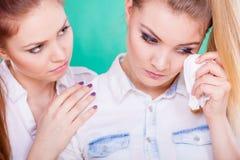 Femme triste pleurant et consolé par l'ami Photo stock