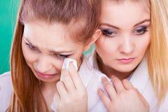 Femme triste pleurant et consolé par l'ami Photographie stock libre de droits